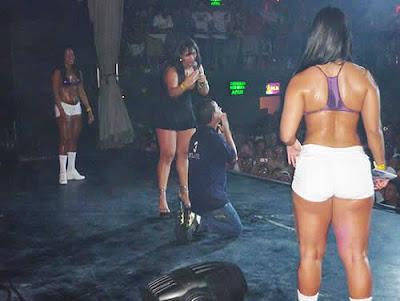 Mulher Melancia só de calcinha em show