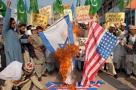 [5_gaza_bomb_dic08_ira_pakistan_1.jpg]