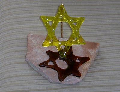 מגן דוד אדום שמסמל את דמם של קרבנות השואה