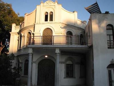 מגני דוד על חזית בית הכנסת