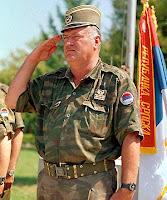 Ratko Mladic durante la guerra di Bosnia, quando comandava l'esercito serbo-bosniaco