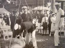 Gustaf V signerar stenen utanför klubbhuset, Sandhamn 1930