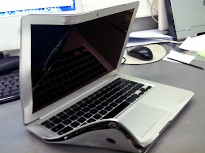 applemacbookair 4 MacBook Air Ecras par un Bus : Il Marche (images)