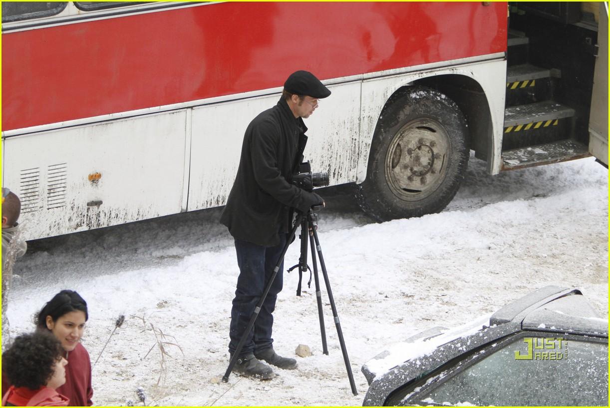 http://1.bp.blogspot.com/_zy7PNjEWb9E/TNg6xc0GVYI/AAAAAAAAA3w/yoGCTsUrzyc/s1600/angelina-jolie-brad-pitt-winter-32.jpg