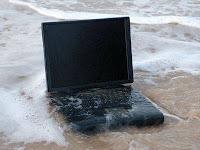Foto Tips cara menyelamatkan laptop dari tumpahan air