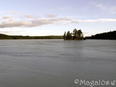 Vy ut över mitt paradis tidigt på morgonen. Fortfarande is på sjön. (1)