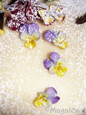 Detalj av tårta med marsipantäcke, penséer och chokladflarn.