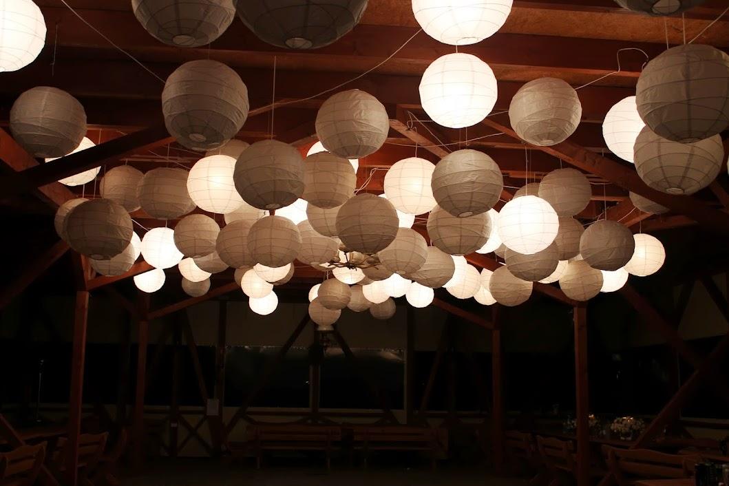 dekoracja weselna sufitu papierowe lampiony