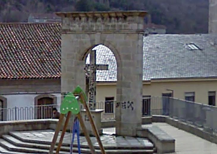 Cruz y arco del triunfo antes de su retirada