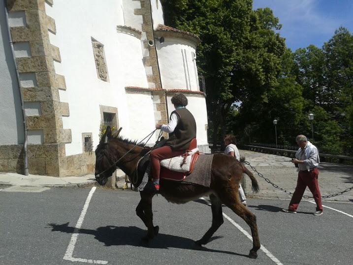 Un Paporro llega a El Castañar montado en un Burro, imagen de E. Álvarez