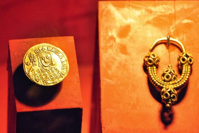 zausznica oraz bizantyjska moneta - Mikulcice
