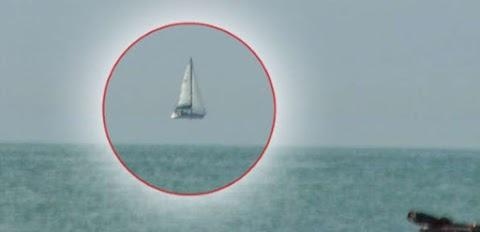 O barco parece estar voando sobre a água, sabe que fenômeno é este?