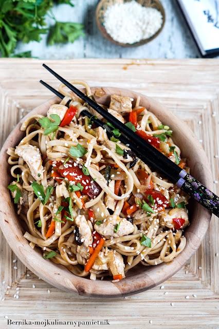 chow main, kurczak, chinskie, piers, bernika, kulinarny pamietnik