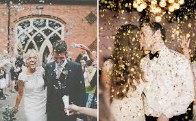 saída dos noivos, casamento, noivos, noiva, noivo, cerimônia, saída, papel picado, chuva