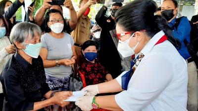 Rita Dondokambey Tamuntuan Bersama KAGAMA, BARMAS dan DGS Bagikan Masker ke Lansia