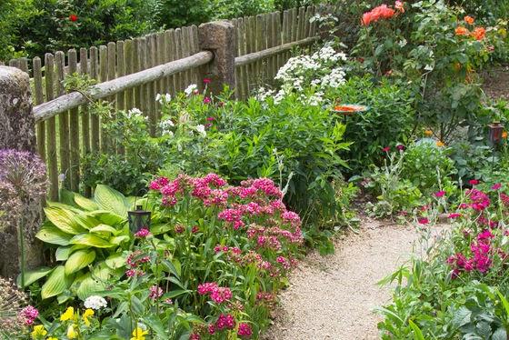 ogród wiejskim, ogród w stylu wiejskim, ogród przydomowy