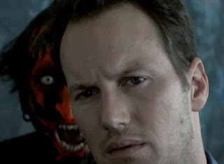 hombre con demonio hablándole en la oreja