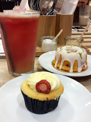 White Chocolate Cupcake at In Good Company ION Orchard