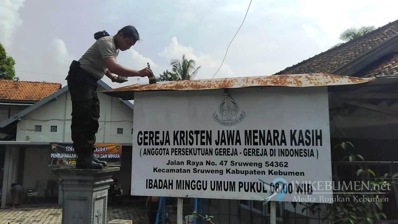 Pererat Toleransi Beragama, Polisi Kebumen Bersih-bersih Gereja di Sruweng