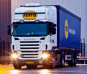 Vakbond FNV blijft logistiek dienstverlener Koninklijke Rotra uit Doesburg beschuldigen van onderbetaling van Nederlandse chauffeurs en heeft het bedrijf nu gedagvaard. Rotra zegt in een reactie wederom volgens de geldende regels en cao te werken.