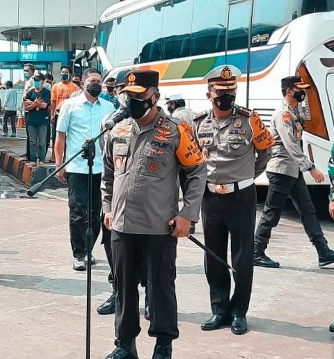 Kapolda Metro Jaya Membagikan Paket Sembako Bagi Sopir dan Kernet Bus di Terminal Pulogebang