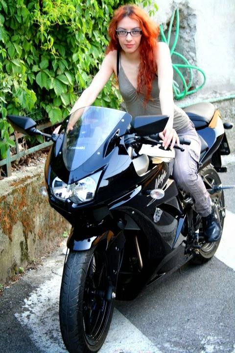 Galeri Foto Biker Cewek Cantik Naik Motor Sport  HD