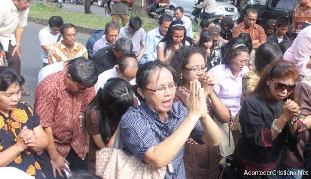 Cristianos indonesios adorando en la calle