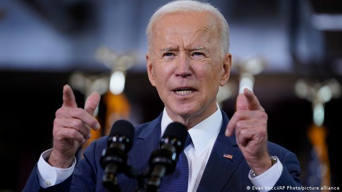 Joe Biden deverá anunciar nesta terça-feira a antecipação da meta de vacinar todos os americanos adultos