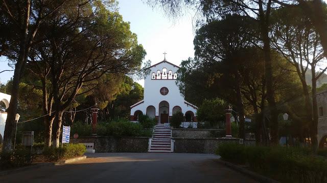 הכנסיה בכיכר המרכזית של Eleousa