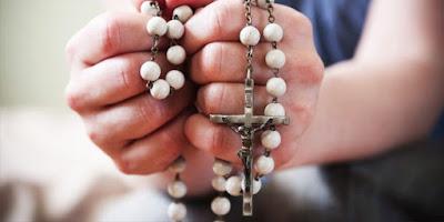 imagem das mãos envolvidas com o Santo Terço