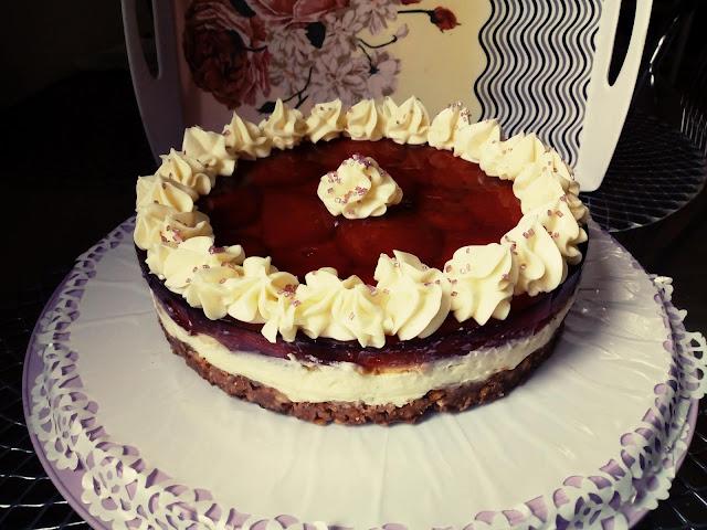 Torcik bez pieczenia torcik na zimno torcik z galaretka torcik bananowo wisniowy ciasto bez pieczenia z kremem budyniowym ciasto z budyniem i galaretka ciasto na ciasteczkowym spodzie