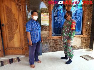 Sambang Wilayah Babinsa Lakukan Penempelan Jadwal Imsakiyah