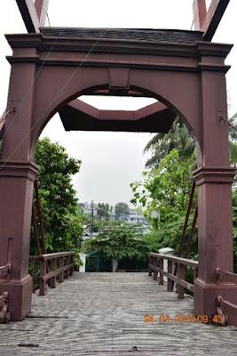 jembatan kota intan unik terbuat dari besi dan kayu yang sangat kuat