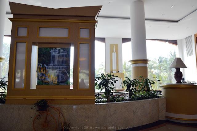 Lobi yang berdinding kaca memberi kepuasan pengunjung melihat keadaan luar hotel