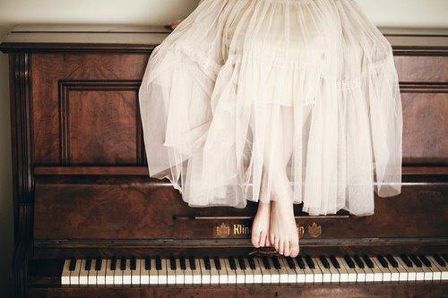 Mulher sentada sobre piano (Modelo de mulher perfeita)