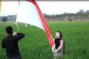 Semarakkan HUT RI Ke - 75, KOMPAK Kibarkan Bendera Merah Putih Di Tengah Sawah