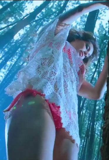 Bipasha Basu hot in Bikini