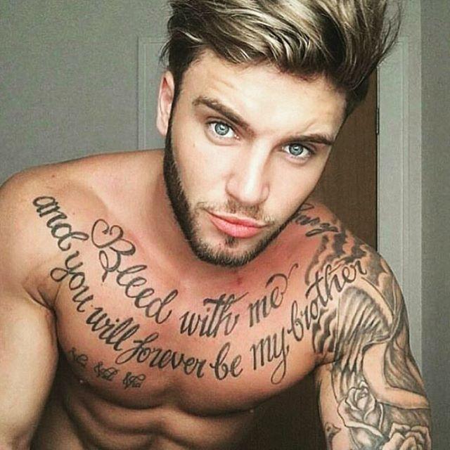 Vemos a un chico con tatuaje de frases en el pecho