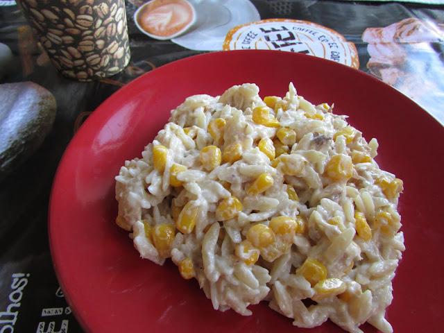 sałatka z tuńczyka, makaronu i kukurydzy