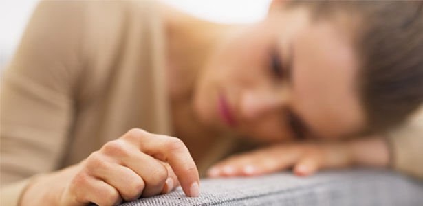 Mujer deprimida pensando como manejar una infidelidad