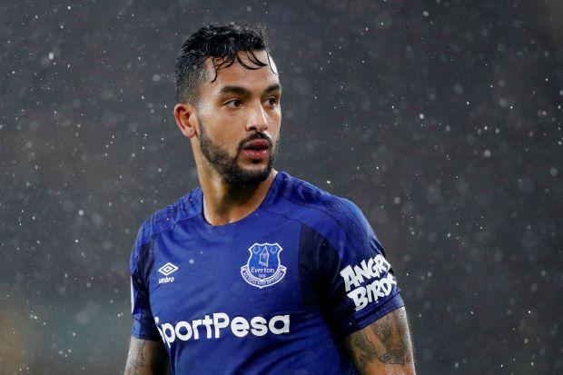 Sepasang Gol Walcott Buat Kemenangan Everton