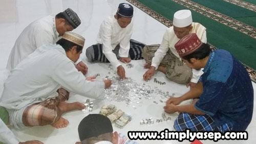 HITUNG : Para pengurus Masjid Babussalam Duta Bandara Kubu Raya tengah sibuk menghitung hasil Jimpitan bulan Agustus 2019 tadi malam (8/9).  Foto Asep Haryono