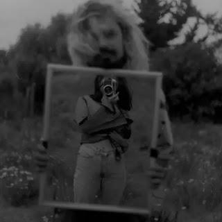 """""""Espejo"""": Tomás Müller explora los significados de lo analógico en su nueva canción"""