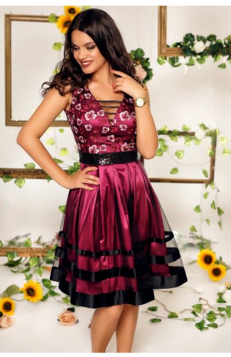 Rochie eleganta de seara, roz, cu insertii din dantela florala in zona bustului, banda din paiete negre in talie, fusta in clos cu tul, decolteul in V in fata si la spate