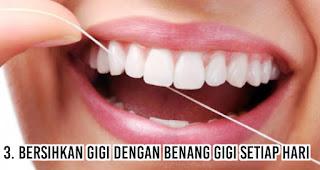 Bersihkan gigi dengan benang gigi setiap hari untuk mengatasi Masalah Bau Mulut