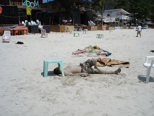 мужчина спит на пляже