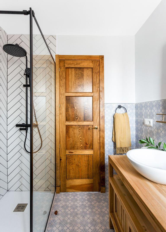 Baño de estilo rústico moderno con azulejo tipo metro en zigzag