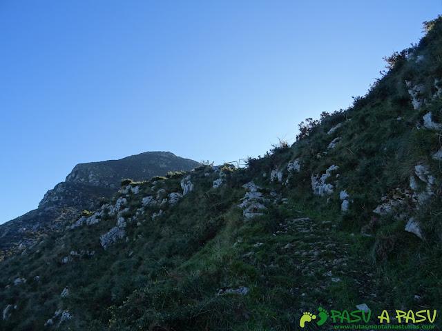 Ruta al Cerro Llabres: Llegando al cierre del Collado la Prida