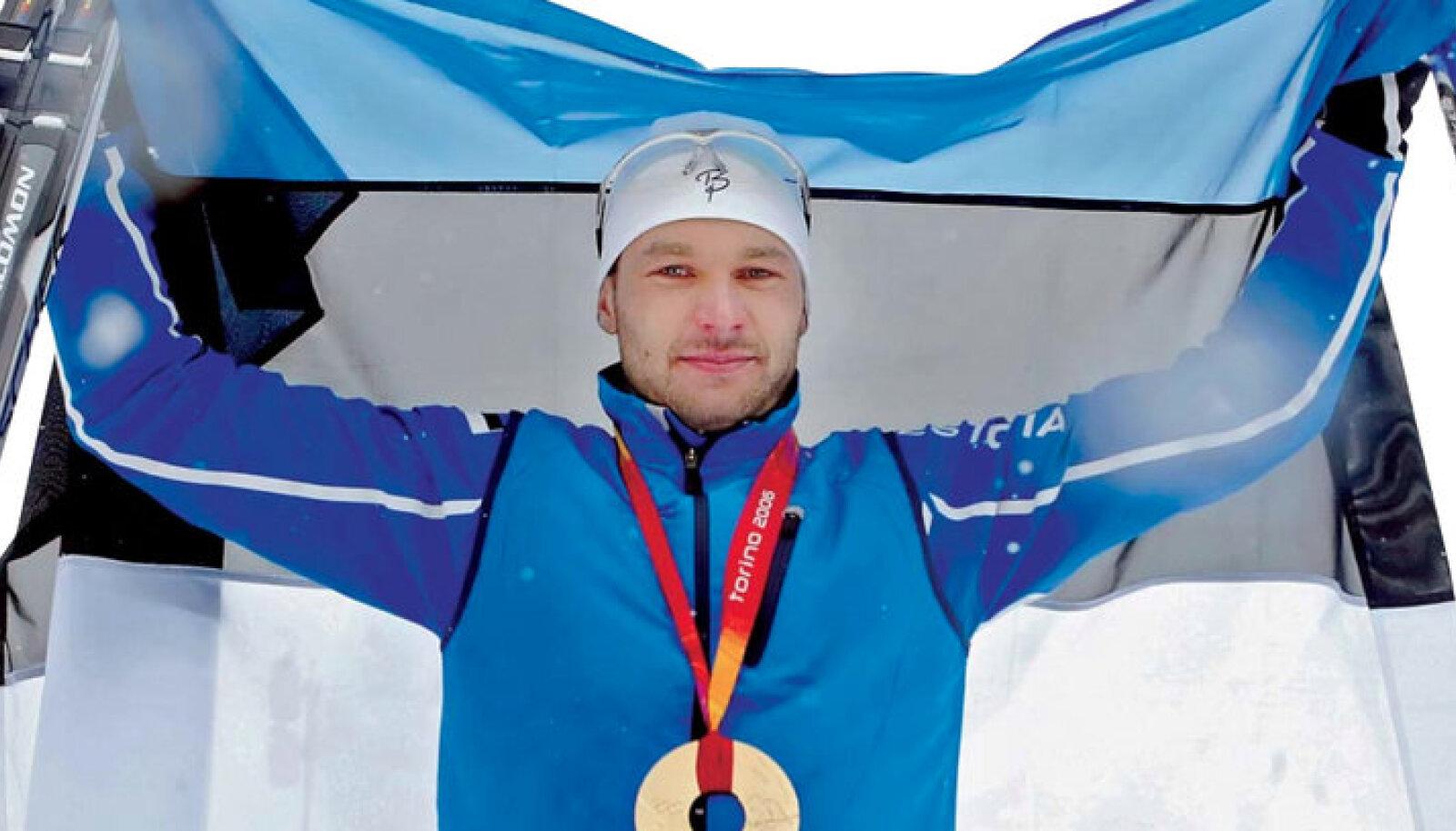 Aandrus Veerpalu posando com a bandeira da Estônia