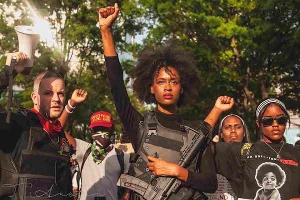 Οπλισμένοι Black Panthers στην κορυφή της πορείας στην Atlanta.